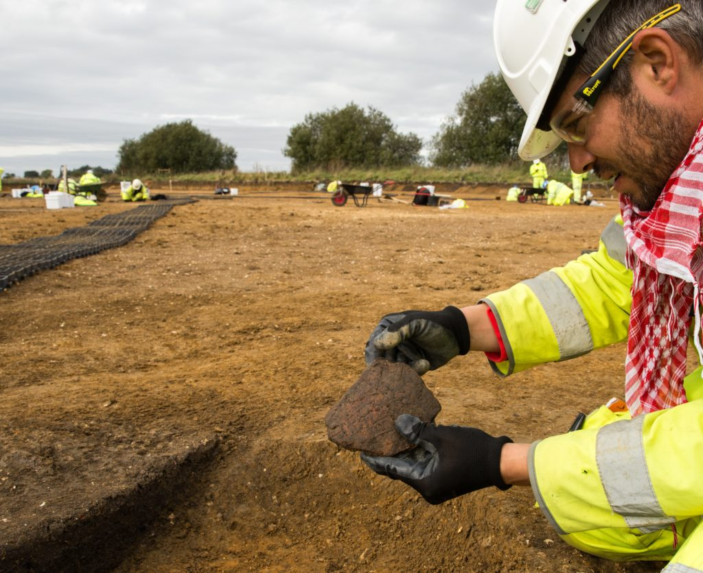 Scored ware Iron Age sherd discovered near Brampton (c) A14C2H courtesy of MOLA Headland Infrastructure