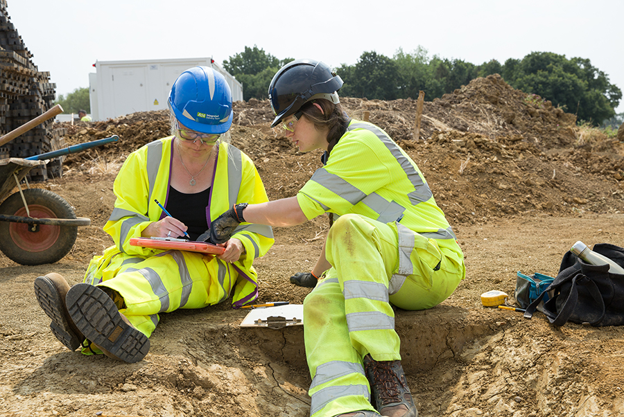 A14C2H Community Dig volunteer Rachel learning to draw (c) Highways England, courtesy of MOLA Headland Infrastructure